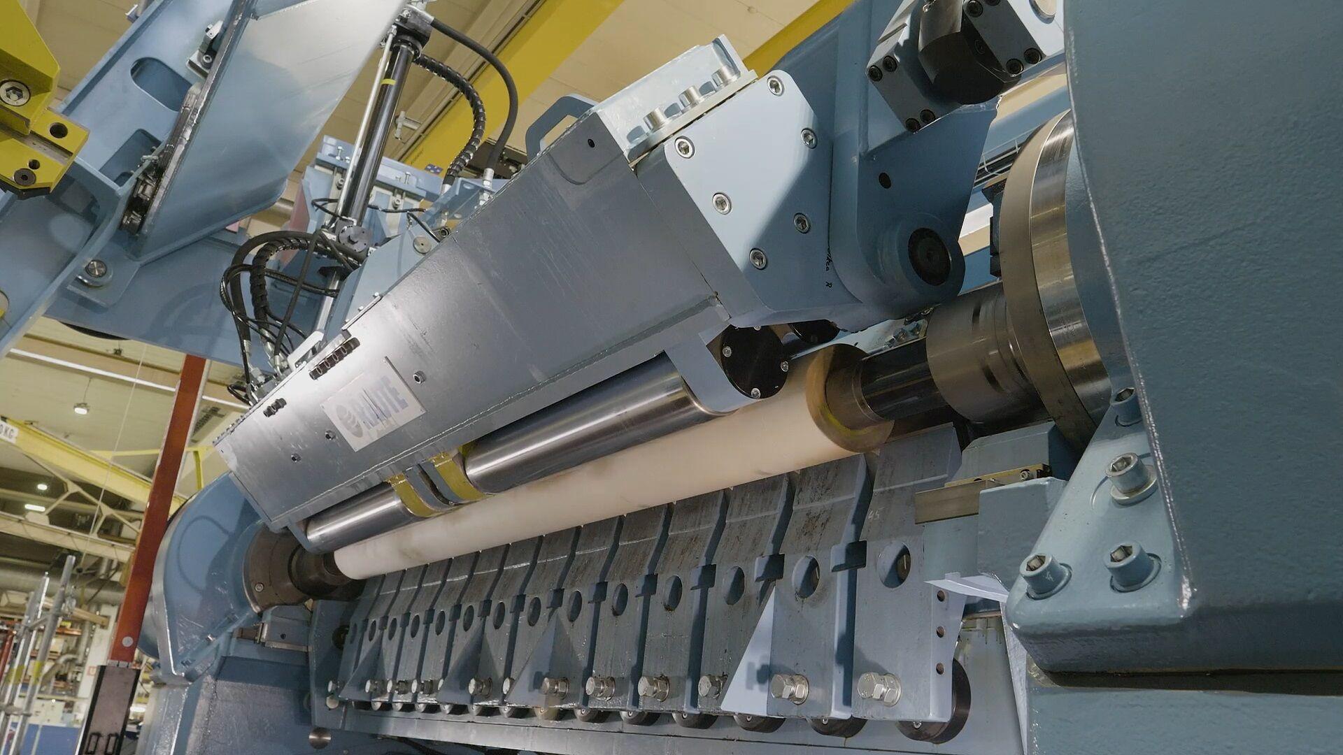 The lathe's optimal peeling geometry (OPG) ensures high quality veneer from surface to core.